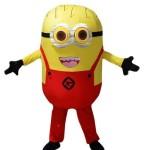 миньон в красных штанах